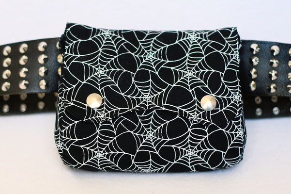 4 Aufträge und eine eigene Gürteltasche - Spinnennetz Tasche rund - Zebraspider DIY Anti-Fashion Blog