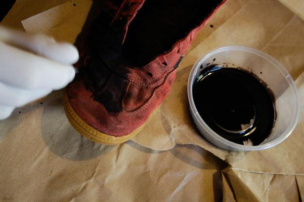Besser in schwarz - Schuhe färben - Sneaker anmalen - Zebraspider DIY Anti-Fashion Blog