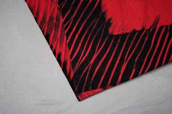 Zebra-Shibori Experiment - Zebramuster Twill schwarz-rot - Zebraspider DIY Anti-Fashion Blog