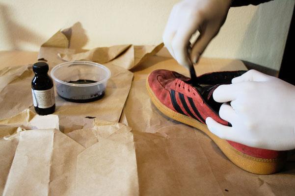 Besser in schwarz - Schuhe färben - Farbe für Wildleder - Zebraspider DIY Anti-Fashion Blog