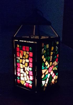 Mosaiklaterne im Dunkeln
