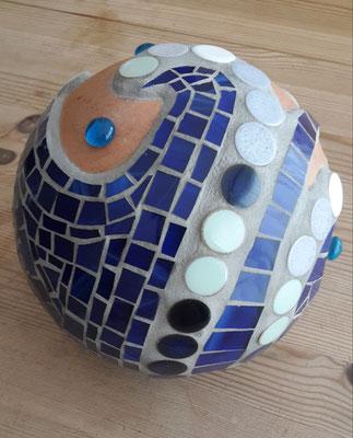 Terrakottakugel mit Tiffanyglas und Nuggets aus Keramik
