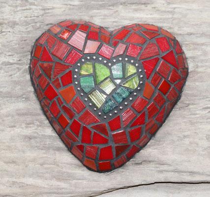 Mosaik Herz auf Schwemmholz