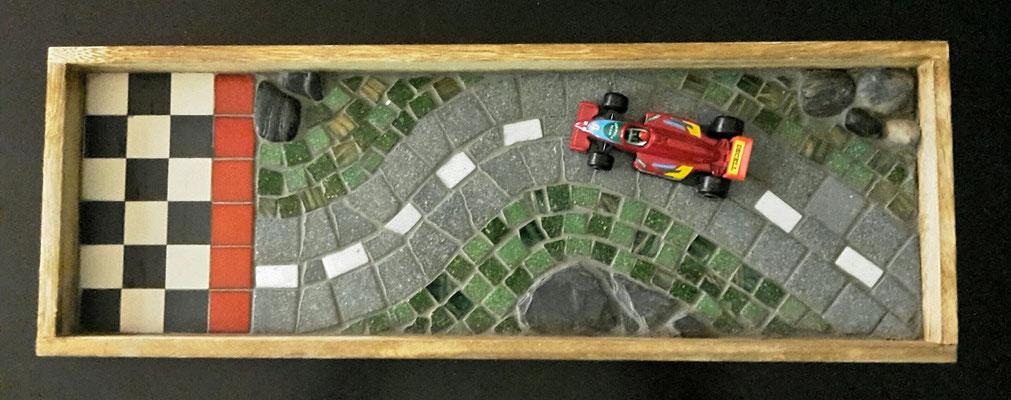 Racingstrecke aus Glas, Schiefer und Steine