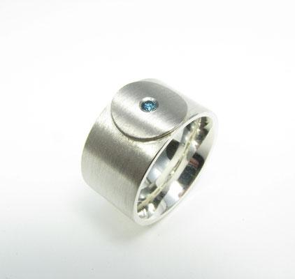 Ring in Silber mit Palladium und blauem Brillant