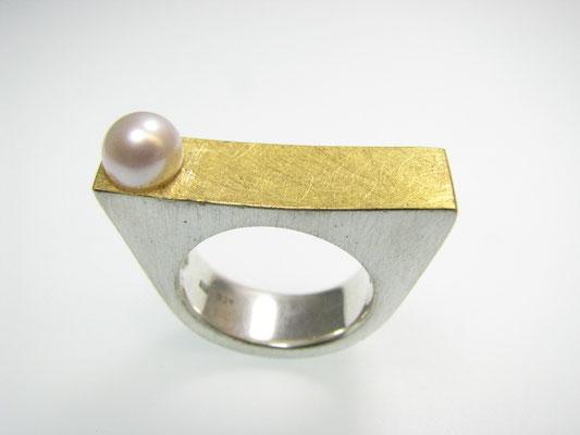 Ring in Silber mit Feingold und Süßwasserperle