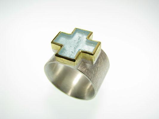 Ring in Silber und Feingold mit Topas