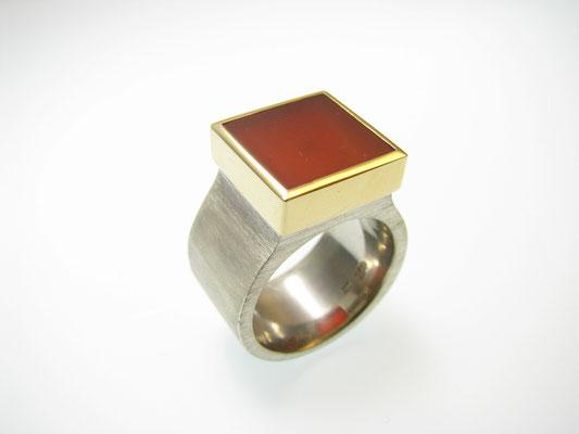 Ring in Silber mit Carneol in Gold gefasst
