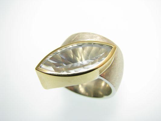 Ring in Silber mit Topas in Gold gefasst