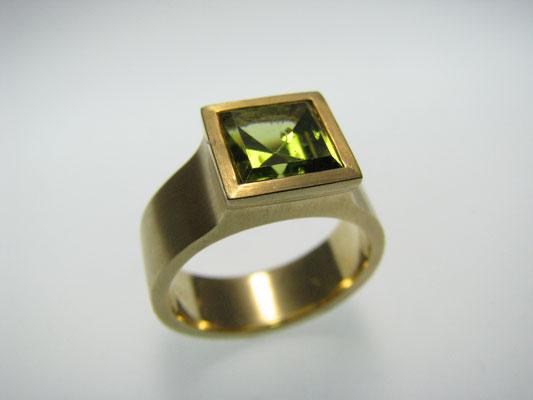Ring in Gelbgold und Peridot