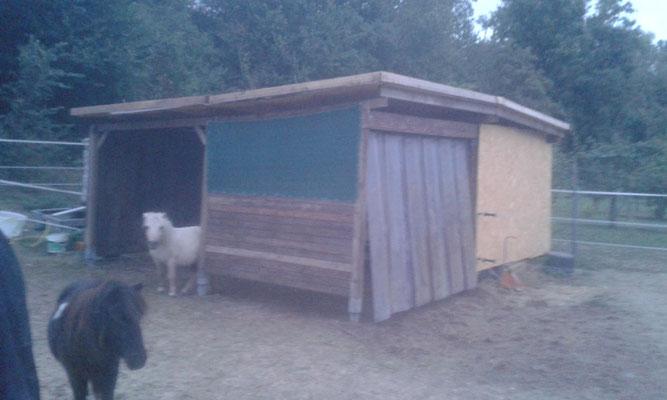 Die Hütte ist nun endlich fertig. Sie ist zwar krumm und schief, ...