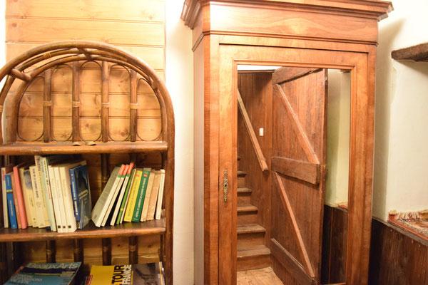 Bibliothèque sur le palier du 1er étage