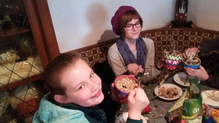 Die Futter-Fett-Mischung wird in den Blumentopf gefüllt