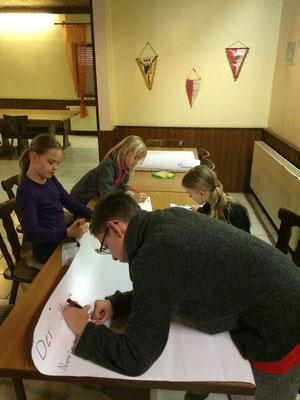 Gruppe 2 arbeitet an ihrem Steckbrief