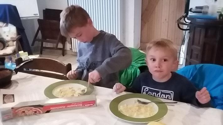 Joel und Louis zerkleinern die Bananen.