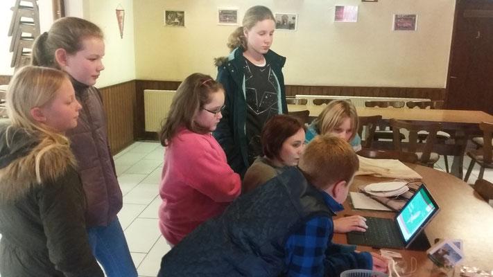Betreuerin Anja zeigt den Kinden eine Power-Point-Präsentation über den Waldkauz