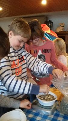 Als nächstes durften sich die Kinder die Futtermischung abwiegen.