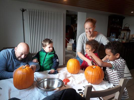 Bei den Kleinen helfen die Kinder mit.