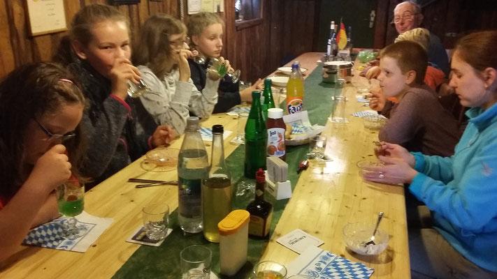 In der Mittagspause gibt es Suppe bei Astrids Oma.