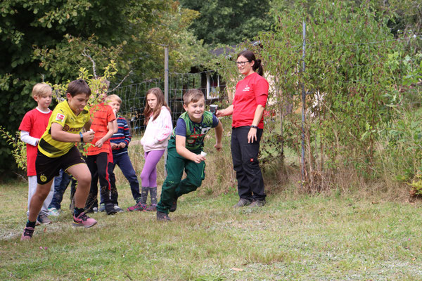 Die Kinder beim Spiel Wassertanken.