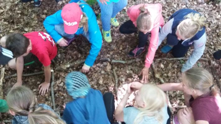 Die Kinder an der Bodenleiter.