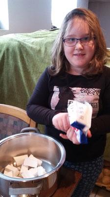 Dann haben wir das Kokosfett auseinander gebrochen und in einen Topf gefüllt