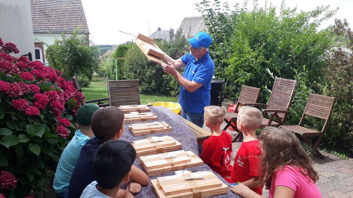 Werner Mang erklärt den Kindern den Nistkasten.