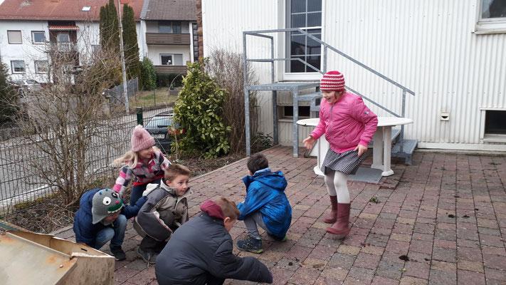Die Kinder beim Spiel Sturzflug.