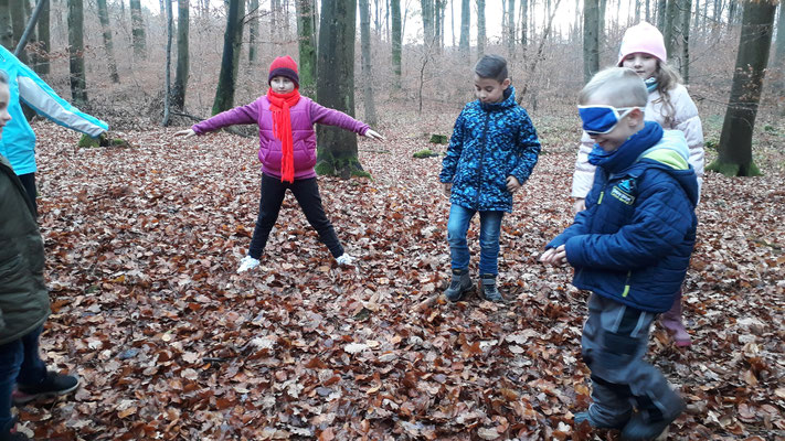 Die Kinder beim Fledermaus-Motte-Spiel.