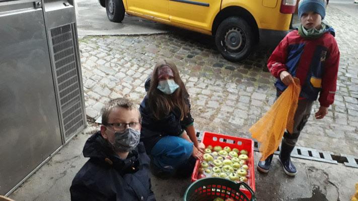 Danach müssen die Äpfel gewaschen werden.