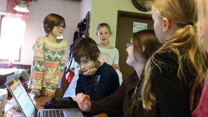 Anja zeigt den Kindern ein Video über den bunten Meter