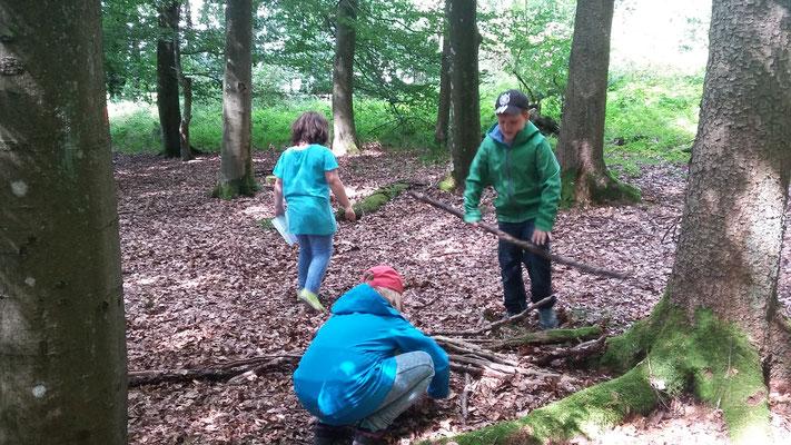Johannes, Lina und Joy beim nachbauen des Pfahlwurzelsystems.