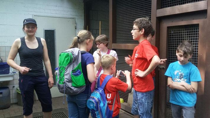 Melanie Mangold zeigt uns die Greifvogel Auffangstation.