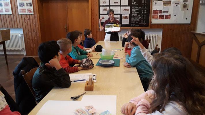 Hiltrud Woll begrüßt die Kinder und stellt das Thema vor