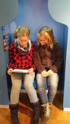 Saskia und Lina beantworten den Fragebogen