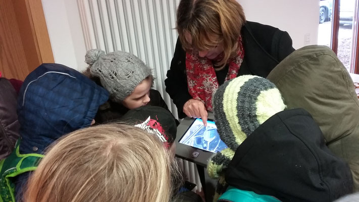 Frau Hilsendegen zeigt uns die App Animal Tracker