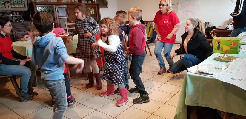Alle Kinder beim Theater Aus dem Leben einer Feldlerche.