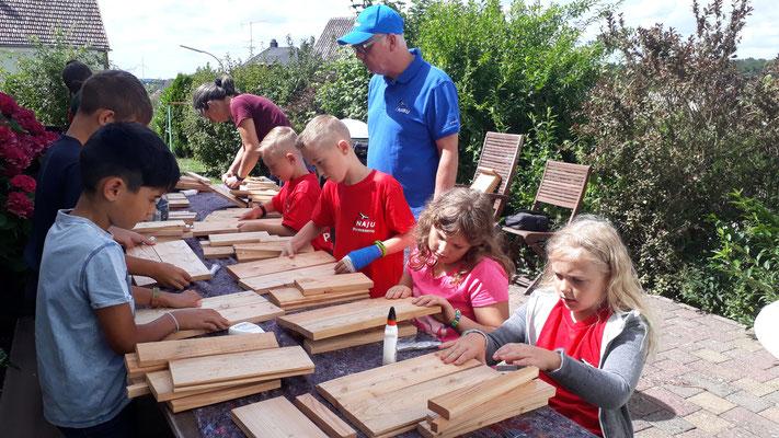 Die Kinder bauen ihren Bausatz zusammen.
