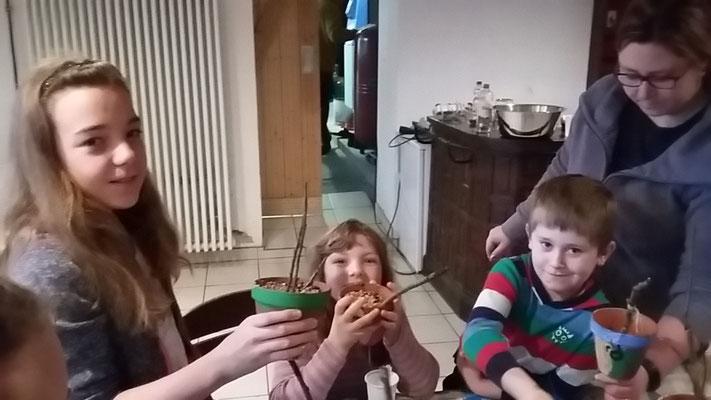 Paulina, Rosalie und Timo befüllen ihre Tontöpfe