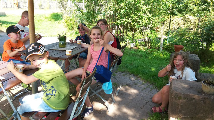 Die Gruppe genießt ein Eis.
