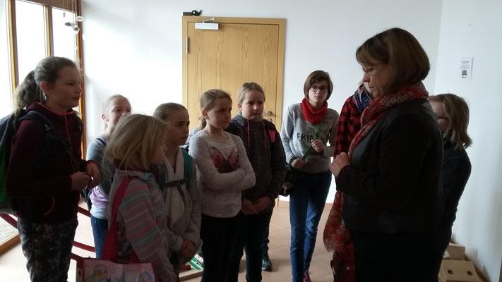 Frau Hilsendegen begrüßt uns und erklärt uns den Ablauf