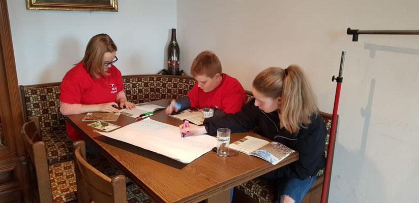 Die großen Kinder erarbeiten ein Plakat über die Feldlerche.