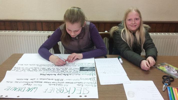 Lana und Lisa beim Schreiben ihres Steckbriefes