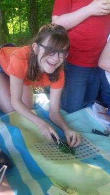 Elisa schneidet die Pflanzen klein.