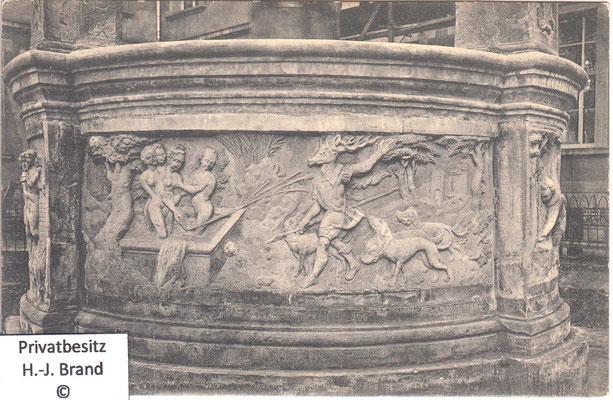 Relief: Diana, die Göttin der Jagd, wurde im Bade von Aktäon überrascht und verwandelte ihn zur Strafe in einen Hirsch.