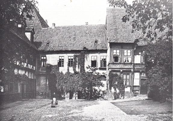 Ansicht des südl. Kreuzgangflügels vom Propsteihof aus; links die Propstei, rechts das Planetenhaus (um 1900)