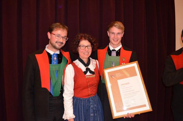 Kapellmeister Martin Graber | Christian Brunner (15 Jahre Ehrenabzeichen) | Obfrau Elfriede Egger
