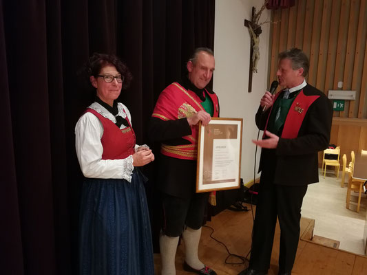 Fahnenschwinger Claudio Marchesi erhält das Ehrenzeichen in Bronze für 15 Jahre Tätigkeit bei der Stadtmusikkapelle Meran
