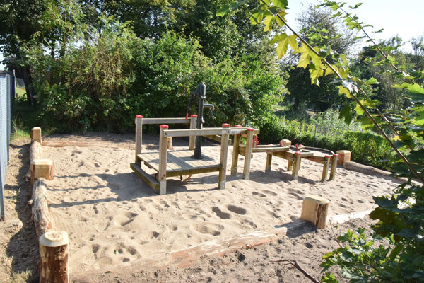 """Die Wasserbaustelle neu eingefasst, damit der Spielsand nun an Ort und """"Stelle"""" bleibt 😆"""