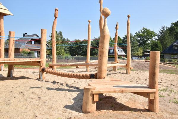 Spielpodest mit Kokos-Balanciertampen